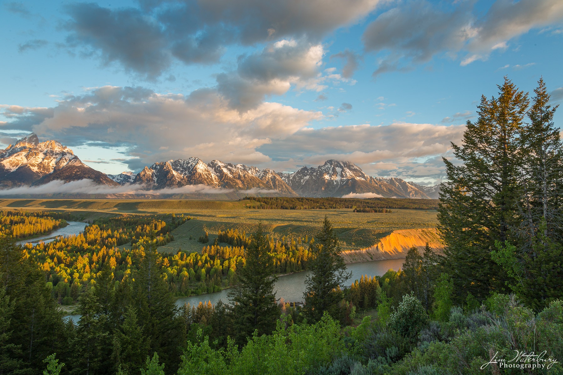 View of the Snake River and the Teton Mountains at sunrise. Teton National Park.